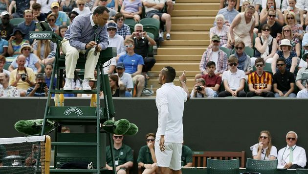 Australan Nick Kyrgios v debatě s rozhodčím ve Wimbledonu.
