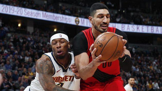 Basketbalista Portlandu Trail Blazers Enes Kanter (vpředu).