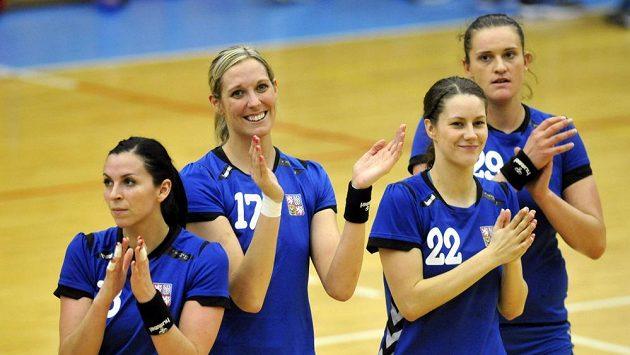 Spokojené české reprezentantky, zleva Iveta Luzumová, Hana Martínková, Martina Crhová a Iveta Matoušková se radují z vítězství.