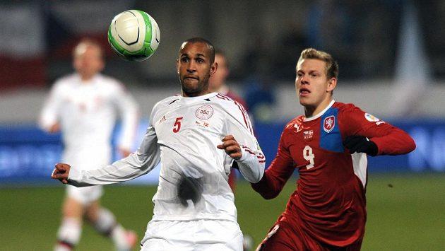 Český útočník Matěj Vydra (vpravo) během kvalifikačního utkání s Dánskem.