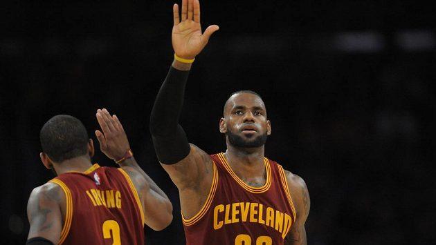 LeBron James (23) a Kyrie Irving (2) z Clevelandu.