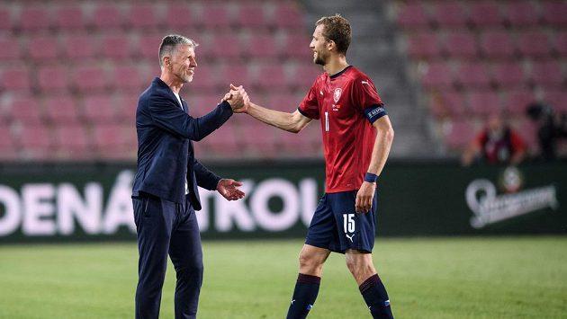 Český trenér Jaroslav Šilhavý a záložník Tomáš Souček během přípravného utkání s Albánií.