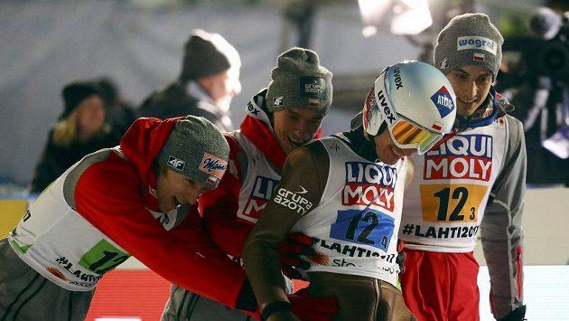 Polští skoané Piotr Zyla, Dawid Kubacki, Maciej Kot a Kamil Stoch slaví na MS trium v soutěži družstev.