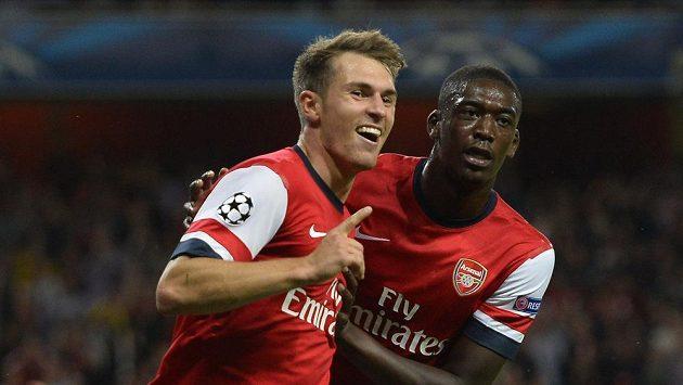 Aaron Ramsey (vlevo) se raduje se svým spoluhráčem z Arsenalu Yayaou Sanogem z gólu do sítě Fenerbahce.