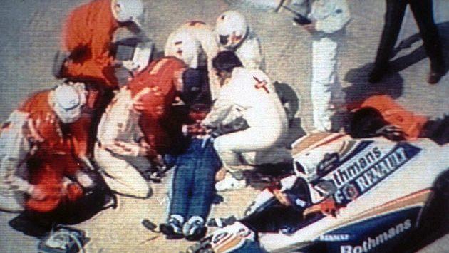 Záchranáři v čele s doktorem Sidem Watkinsem se snažili Ayrtona Sennu oživit marně.