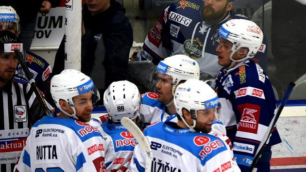 Radost chomutovských hokejistů z úvodní branky zápasu, jejímž autorem byl Vladimír Růžička (vpravo).