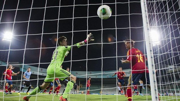"""Španělská """"dvacítka"""" inkasuje ve 103. minutě čtvrtfinálového utkání MS 20 s Uruguayí rozhodující branku."""