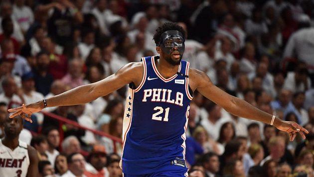 Joel Embiid se s maskou úspěšně vrátil do sestavy Philadelphie.