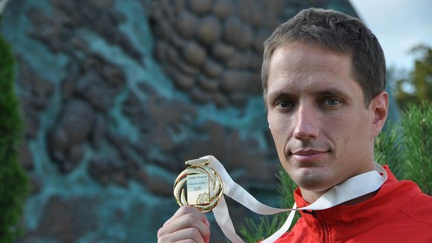 Český oštěpař Vítězslav Veselý pózuje se zlatou medailí z mistrovství světa.