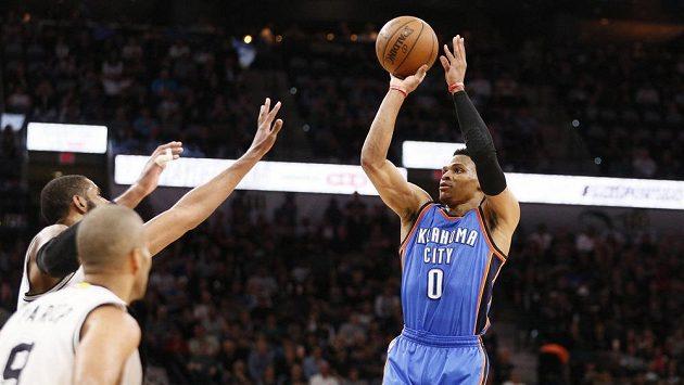 Basketbalista Oklahomy Russell Westbrook (vpravo) střílí ve druhém zápase se San Antoniem.