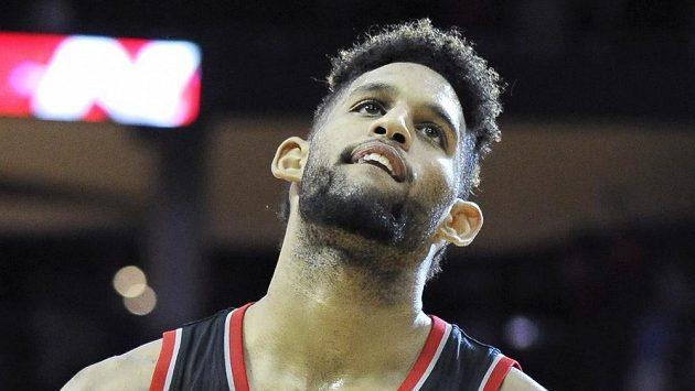 Basketbalista Portlandu Trail Blazers Allen Crabbe odchází z hrací plochy po porážce s Houstonem.