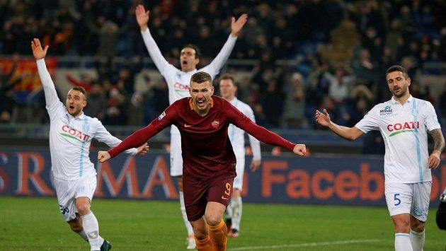 Edin Džeko z AS Řím slaví gól do sítě Chieva.