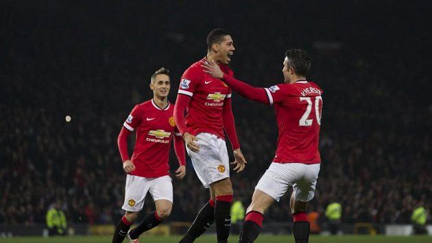 Obránce Manchesteru United Chris Smalling (uprostřed) oslavuje se svými spoluhráči gól.