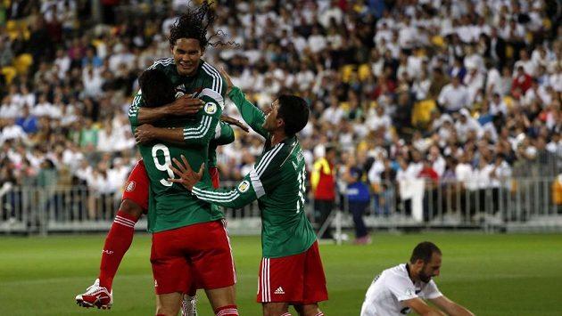 Fotbalisté Mexika se radují z gólu a postupu na mistrovství světa.