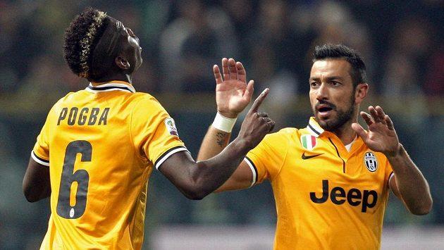 Paul Pogba z Juventusu přijímá gratulace ke gólu do sítě Parmy od spoluhráče Fabia Quagliarelly.