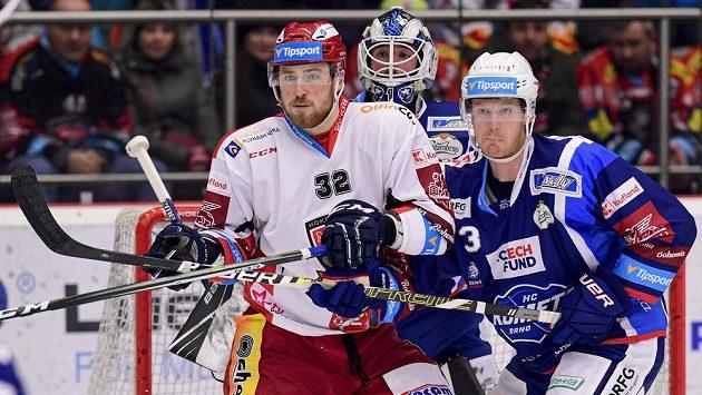 Hradecký útočník Jakub Lev (vlevo) v zápase proti Kometě Brno.