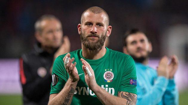 David Bičík děkuje fanouškům po zápase s Villarrealem.
