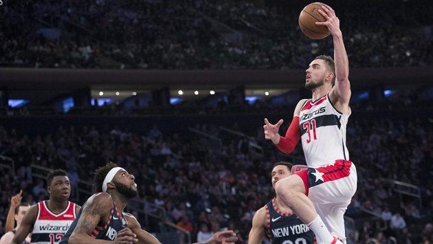 Český basketbalista Tomáš Satoranský v akci v dresu Washingtonu Wizzards během zápasu NBA.