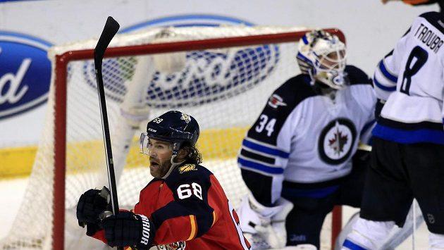 Český útočník Jaromír Jágr (68) z Floridy se raduje z druhé trefy (celkově ze 742.) do sítě Winnipegu, čímž překonal v historických tabulkách střelců NHL třetího Bretta Hulla.