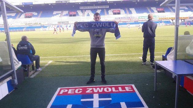 Útočník Tomáš Necid pózuje na stadiónu PEC Zwolle s klubovou šálou.