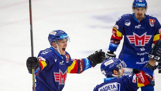 Radost v podání hokejistů Českých Budějovic. Gól slaví Miroslav Forman, Zdeněk Doležal a Daniel Voženílek.