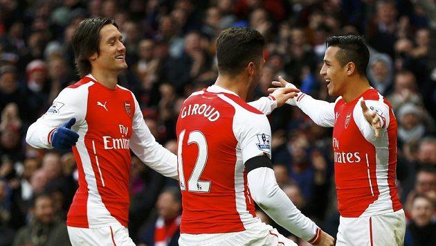 Gabriel Paulista se co nevidět může radovat se svými novými spoluhráči z Arsenalu. Na fotografii zleva Tomáš Rosický, Olivier Giroud a Alexis Sánchez.
