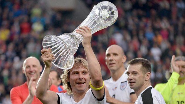 Pavel Nedvěd s trofejí pro vítěze exhibičního utkání mezi Českem a Německem. Vpředu vpravo je útočník Pavel Kuka.
