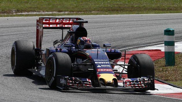 Verstappen ve svém monopostu stáje Toro Rosso při kvalifikaci na GP Malajsie.