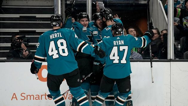 Hokejisté San Jose Sharks třikrát vedli v utkání NHL s Edmontonem, ale nakonec v prodloužení prohráli. Na snímku slavících Žraloků je Tomáš Hertl (48).