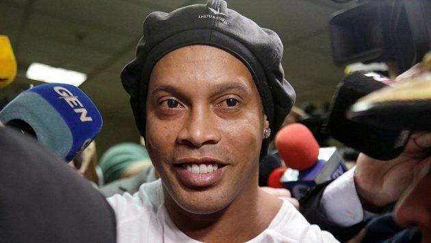 Bývalý hvězdný fotbalista Ronaldinho má problém a zůstane za mřížemi.