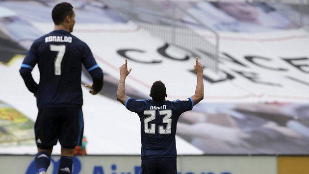 Obránce Realu Madrid Danilo slaví gól proti Celtě Vigo vv utkání 9. kola španělské La Ligy. Vlevo přibíhá jeho spoluhráč Ronaldo.