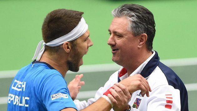 Český tenista Jiří Veselý a nehrající kapitán Jaroslav Navrátil se radují z vítězství ve čtyřhře nad Austrálií.