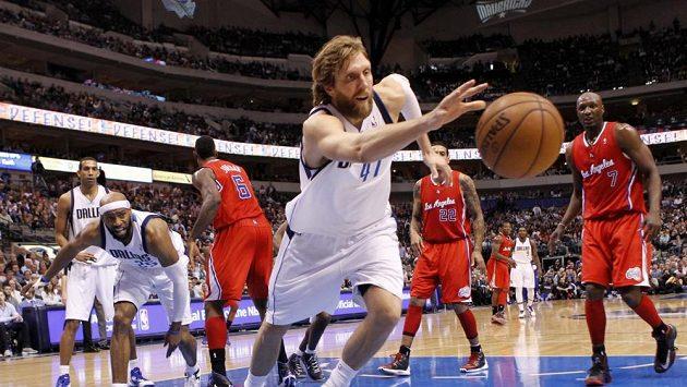 Dallas dovedla k důležité výhře jeho hvězda Dirk Nowitzki.