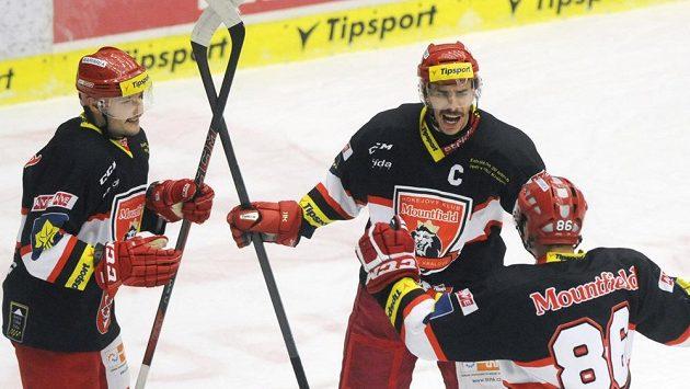 Hokejisté Hradce Králové se radují z gólu ve Zlíně, který vstřelil kapitán Jiří Šimánek (uprostřed).