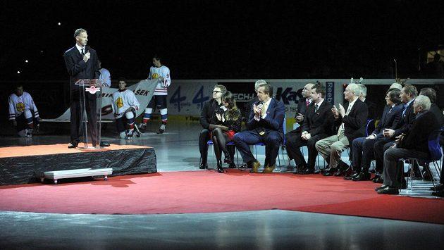Hokejový klub HC ČSOB Pojišťovna Pardubice 1. prosince před extraligovým zápasem se Spartou Praha slavnostně vyřadil dres s číslem devět na počest legendárního brankáře Dominika Haška (na snímku vlevo).