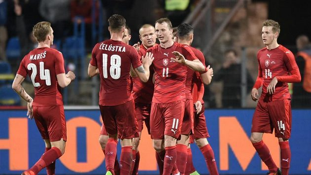 Český reprezentant Michael Krmenčík se raduje se spoluhráči z gólu proti Litvě.