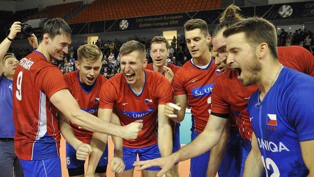 Čeští volejbalisté se radují z vítězství v utkání Evropské ligy nad Finskem.