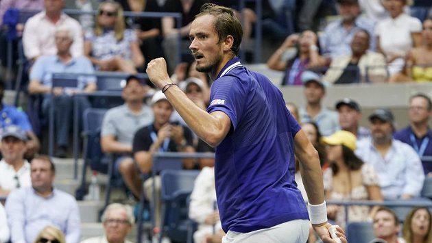 Zaťatá pěst ruského tenisty Daniila Medveděva po jednom z povedených úderů ve finále US Open.