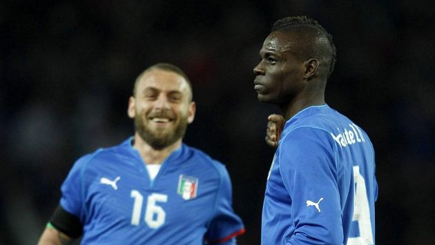Ital Mario Balotelli (vpravo) a Daniele De Rossi se raduje z gólu do sítě Brazílie.