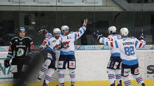 Radost chomutovských hráčů po vstřeleném gólu v utkání předkola play off hokejové extraligy s Mladou Boleslaví.