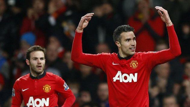 Juan Mata (vlevo) s Robinem van Persiem v duelu Manchesteru United s Cardiffem.