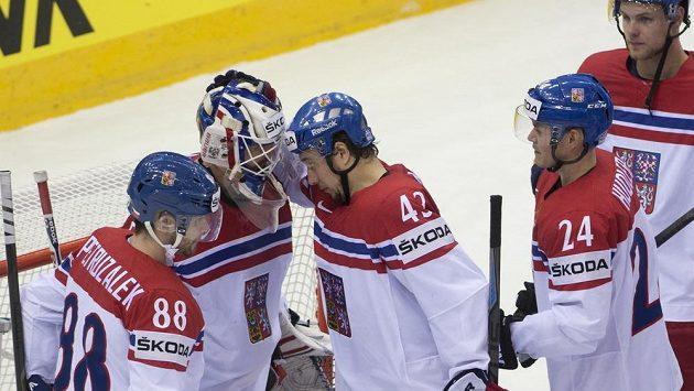 Čeští hokejisté gratulují brankáři Alexandru Salákovi k čistému kontu v utkání s Norskem.