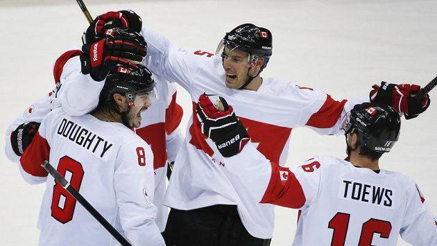 Hokejisté Kanady se radují z gólu v utkání proti Lotyšsku.