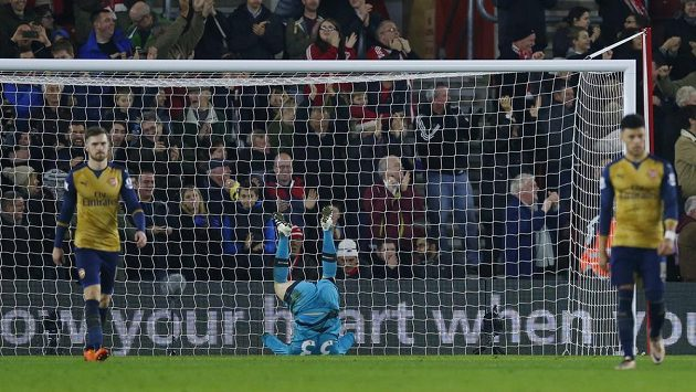 Gólman Arsenalu Petr Čech nezabránil debaklu se Southamptonem.