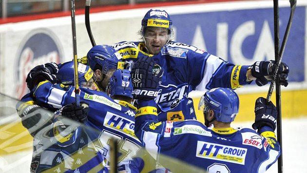 Hráči Brna se radují z rozhodujícího gólu na ledě Hradce Králové.