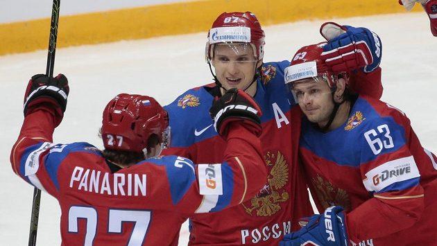 Rus Jevgenij Dadonov (vpravo) oslavuje se spoluhráči gól proti Lotyšsku.