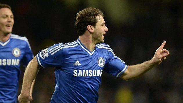 Obránce Chelsea Branislav Ivanovič se raduje ze vstřeleného gólu proti Manchesteru City.