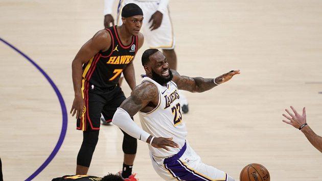 LA Lakers – Atlanta 94:99, Lakers injured James.  I haven't seen him scream like that yet, his teammate said