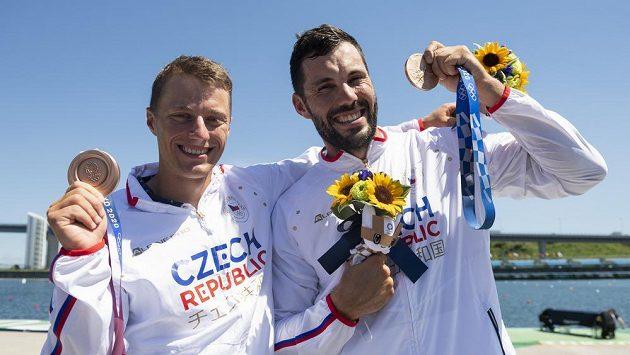 Kajakáři Josef Dostál (vpravo) a Radek Šlouf pózují s bronzovou medailí z olympijských her.