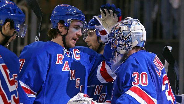 Hokejisté New Yorku Rangers Ryan McDonagh (27) a Henrik Lundqvist (30) se radují z vítězství nad washingtonem ve druhém duelu druhého kola play off NHL.